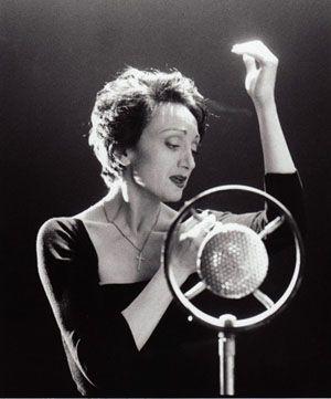 Edith cantando