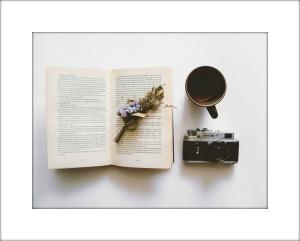 libro café y cámara