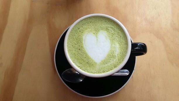foto-latte-matcha-cafe-guapo